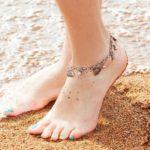 Étiquette concernant les femmes et les bracelets de cheville